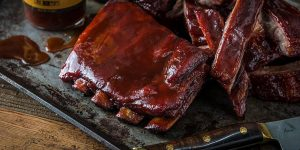 Grille spareribs? Slik lager du sweet and smokey ribs